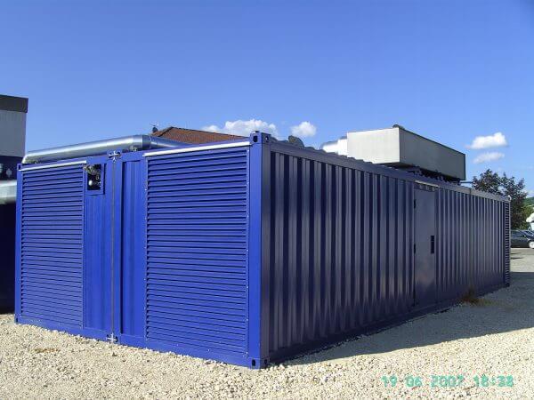BHKW-Anlage mit Personaltüre, Wettergitter, Tankanschluss und Rückkühler auf dem Dach.