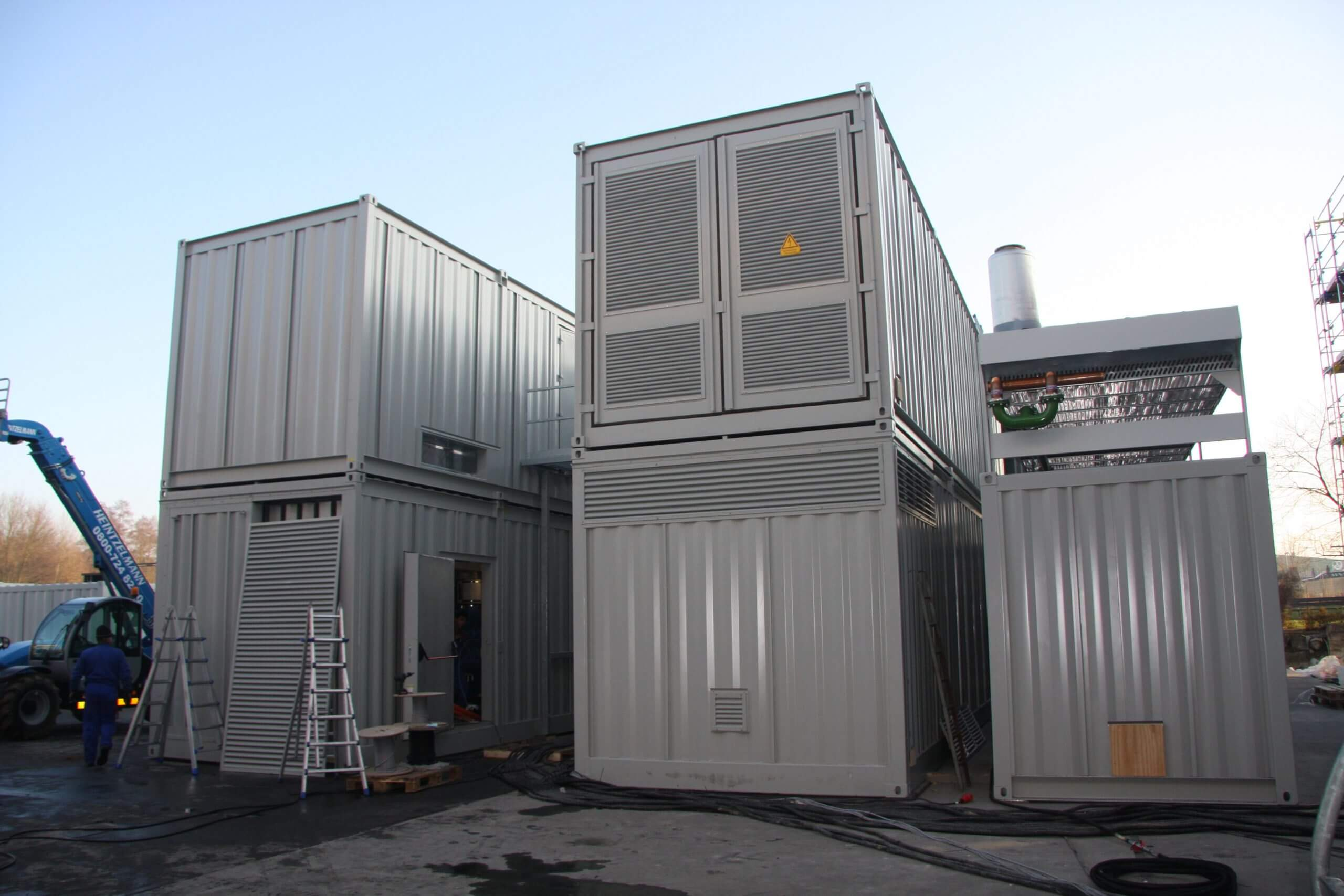 Gestapelte Container mit Notstromversorgung, Wettergitter, Rückkühler, Fluchttüre und Anschlüssen